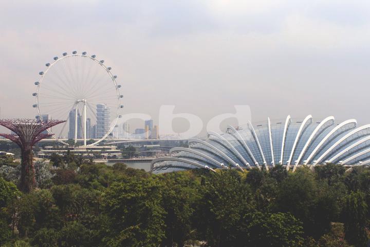 Ang Singapore Flyer sa kaliwa: Singapore's version of the London Eye.