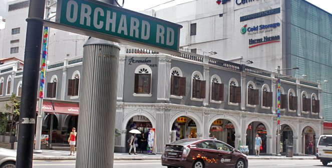 Hindi lahat ng buildings sa Orchard Road ay gawk sa salamin. Meron ding ganito, ang Peranakan Place.