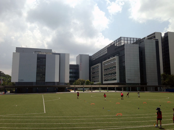 Ang posh ng school na to, ha. Parang office building sa EPZA ng Cavite.