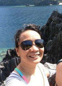 Oo, nagse-selfie din ako, pero kasi naman ang ganda ng background, o! Limestone cliffs ng Matinloc, mehn! At nasa taas kami! Boom!